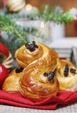 Traditionelle schwedische Brötchen in der Weihnachtseinstellung Ein Safranbrötchen, Stockfotos