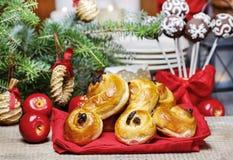 Traditionelle schwedische Brötchen in der Weihnachtseinstellung Ein Safranbrötchen, Lizenzfreie Stockfotos