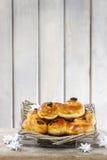Traditionelle schwedische Brötchen im Weidenkorb lizenzfreies stockfoto