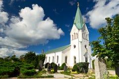 Traditionelle schwedische weiße Kirche Stockfotografie