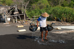 Traditionelle Seesalzproduktion an auf dem vulkanischen schwarzen Sand, B Stockbilder