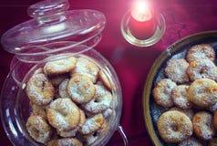 Traditionelle selbst gemachte Plätzchen auf Weihnachtstischdecke Lizenzfreies Stockfoto