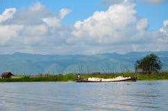 Traditionelle sich hin- und herbewegende Dorfhäuser im Inle See, Myanmar lizenzfreie stockfotos