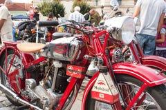 traditionelle Sitzung von Fans von Weinleseautos und -motorrädern Stockfoto