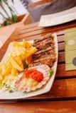 Traditionelle slowenisch Küche, Fleischkebab - chevapchichi - mit Pommes-Frites Selektiver Fokus Stockfotografie