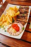 Traditionelle slowenisch Küche, Fleischkebab - chevapchichi - mit Pommes-Frites Selektiver Fokus Stockbild