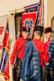 Traditionelle Soldaten, welche auf die Parade tr?gt traditionelle Uniformen und H?te warten stockfotografie