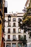 Traditionelle spanische Architektur in im Stadtzentrum gelegenem Madrid lizenzfreie stockfotos