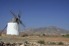 Traditionelle spanische Windmühle, nach links des Feldes stockbilder