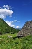 Traditionelle Steingebirgsarchitektur alpines Haus Lizenzfreies Stockbild