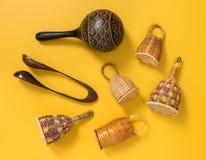 Traditionelle Stoßinstrumente auf gelbem Hintergrund Stockbilder