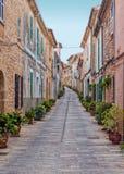 Traditionelle Straße in Alcudia, Mallorca Stockbild