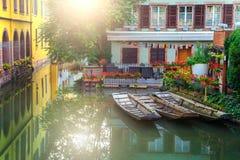 Traditionelle Straße mit Hafen in touristischer Stadt Colmars, Frankreich Stockbilder