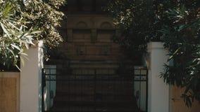 Traditionelle Straße und altes Türhausarchitekturdetail in Griechenland stock video
