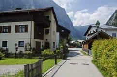 Traditionelle Straße zeichnete mit der Ansicht der Alpen lizenzfreies stockfoto