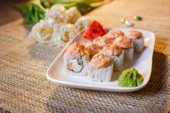 Traditionelle Sushirollen gemacht vom Reis mit Kaviar und Soße Stockfotografie