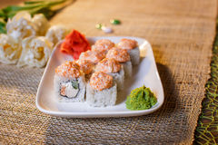 Traditionelle Sushirollen gemacht vom Reis mit Kaviar und Soße Stockfoto