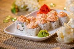 Traditionelle Sushirollen gemacht vom Reis mit Kaviar und Soße Stockbilder