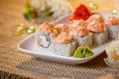 Traditionelle Sushirollen gemacht vom Reis mit Kaviar und Soße Stockbild