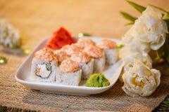 Traditionelle Sushirollen gemacht vom Reis mit Kaviar und Soße Lizenzfreie Stockbilder