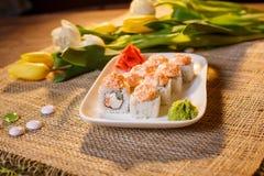 Traditionelle Sushirollen gemacht vom Reis mit Kaviar und Soße Stockfotos