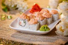 Traditionelle Sushirollen gemacht vom Reis mit Kaviar und Soße Lizenzfreie Stockfotografie