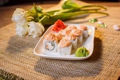 Traditionelle Sushirollen gemacht vom Reis mit Kaviar und Soße Lizenzfreies Stockfoto
