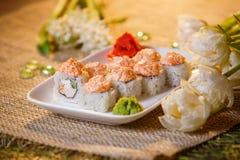 Traditionelle Sushirollen gemacht vom Reis mit Kaviar und Soße Lizenzfreies Stockbild