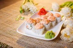 Traditionelle Sushirollen gemacht vom Reis mit Kaviar und Soße Lizenzfreie Stockfotos