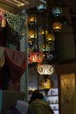Traditionelle türkische Lampen, die am großartigen hängen Stockfoto
