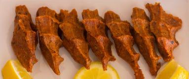 Traditionelle türkische Mahlzeit - heiße würzige Koteletts von c Lizenzfreies Stockfoto
