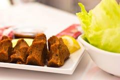 Traditionelle türkische Mahlzeit - heiße würzige Koteletts von c Lizenzfreie Stockfotografie