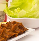 Traditionelle türkische Mahlzeit - heiße würzige Koteletts von c Stockfotografie