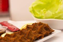 Traditionelle türkische Mahlzeit - heiße würzige Koteletts von c Stockfoto