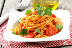 Traditionelle Teigwaren - Spaghettis mit Tomatensauce Stockfoto