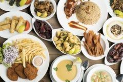 Traditionelle Teller auf Tabelle, traditionelles Ramadan-Lebensmittel Buffet Stockbild