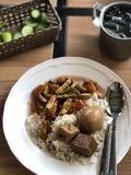Traditionelle Teller des asiatischen Lebensmittels auf dem Holztisch Stockfoto