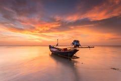 Traditionelle thailändische Boote in dem Meer mit schönem Sonnenuntergang stockfotos