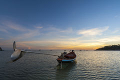 Traditionelle thailändische Boote am Sonnenuntergangstrand Kho Tao Lizenzfreie Stockfotos