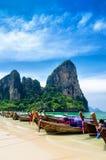 Traditionelle thailändische Boote am Strand von Krabi-provi Stockbild