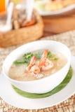 Traditionelle thailändische Breireismehlsuppe und -garnele in der Schüssel Lizenzfreie Stockfotografie