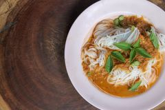 Traditionelle thailändische Küche, Reissuppennudeln gegessen mit grünem Curry stockfotografie
