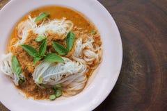 Traditionelle thailändische Küche, Reissuppennudeln gegessen mit grünem Curry lizenzfreies stockbild