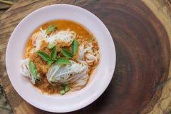 Traditionelle thailändische Küche, Reissuppennudeln gegessen mit grünem Curry stockfoto