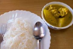 Traditionelle thailändische Küche, Reissuppennudeln gegessen mit grünem Curryhuhn lizenzfreies stockfoto