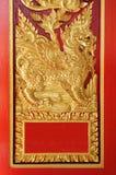 Traditionelle thailändische Kunst am Tempelfenster Stockfoto