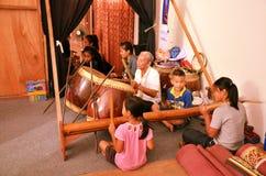 Traditionelle thailändische Musikinstrumente des Spiels der thailändischen Leute stützen Nang Yai Lizenzfreie Stockfotografie
