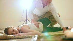 Traditionelle Thailand-Massagetherapie - wirken Sie sich auf Beine stark aus und bezahlt von der kaukasischen Frau stock video footage