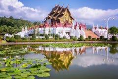 Traditionelle thailändische Architektur in der Lanna Art Stockfotos