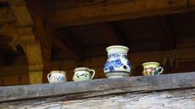 Traditionelle Tonwaren, die auf dem Balkon eines Holzhauses stehen stockfoto